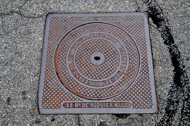 Holiday 2009 – Manhole cover of Giordan Frères of Nice in Isola, France