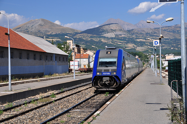 Holiday 2009 – French local train 72705 arriving in Gap, France