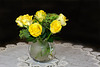 Gelbe Rosen in Kugelvase