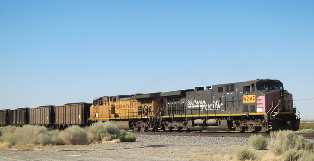 Mojave: Southern Pacific UP diesel (3236)