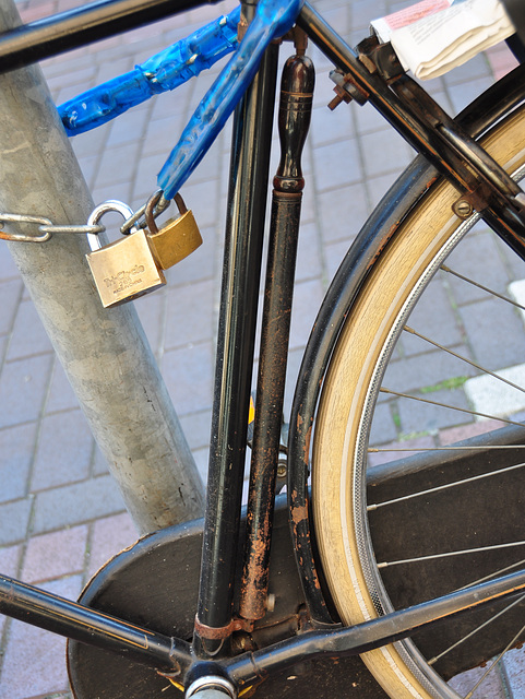 Old Batavus bike – original air pump