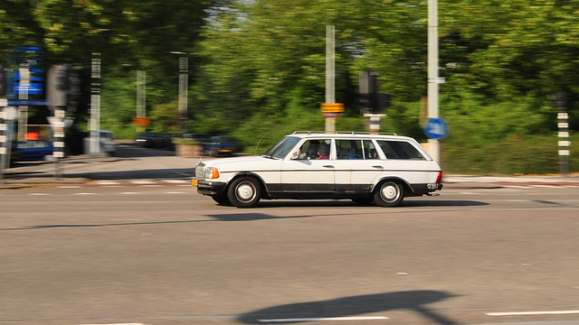 Mercedes-Benz W123 T on the move