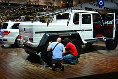 Dubai 2013 – Dubai International Motor Show – Checking the suspension of the Mercedes-Benz G 6x6