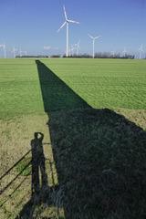 Windräder und Schatten auf der Magdeburger Börde
