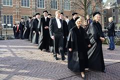 Het cortège van het Academiegebouw naar de Pieterskerk
