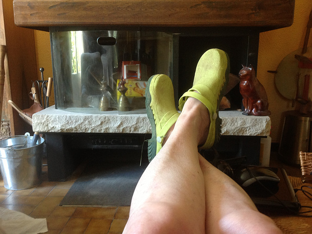 Christiane et ses sabots jaunes / Christiane's yellow clogs.
