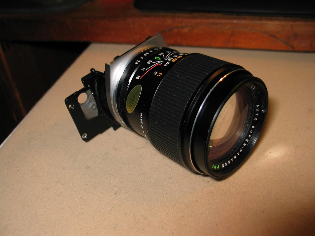 Lens and mount