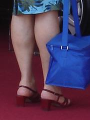 Ultra mature blonde hatter in high heeled sandals / Dame élégante à chapeau du bel âge en sandales à talons hauts.