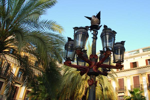 Gaudi lampost, Placa Reial