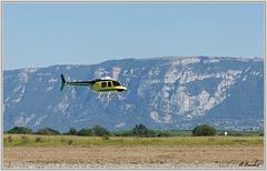 Hélicoptère en phase finale d'atterrissage.
