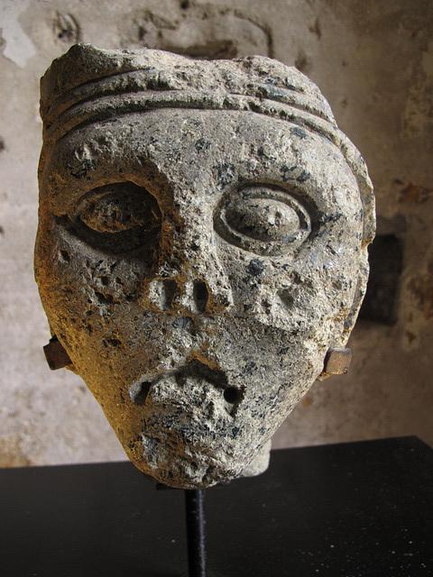 """""""Tête couronnée"""" dans la Salle de l'Office de l'Abbaye de Beauport (Côtes d'Armor, France)"""