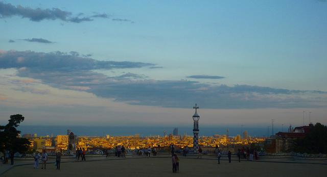 Parc Güell - El crepúsculo toca con oro la ciudad