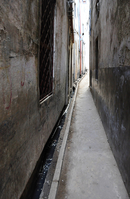 Nebenstraße mit Abwasserkanal
