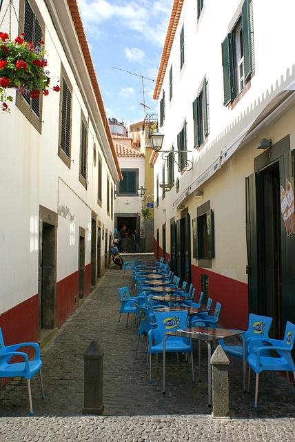 Madeira. Am Hafen von Camara de Lobos. Platz ist in der engsten Gasse. ©UdoSm
