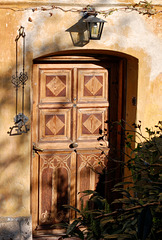 alte Tür mit Klingelzug