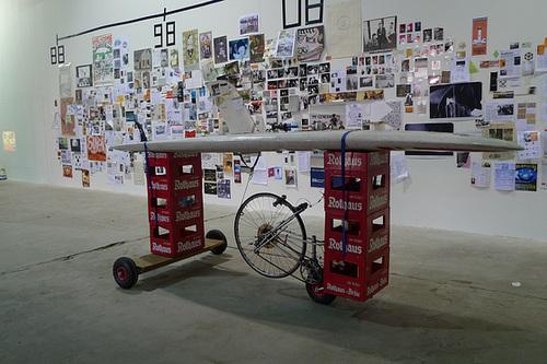 Die Consume Bar vor der großen Flyerwand in der Ausstellung 25 Jahre Kunst und Club