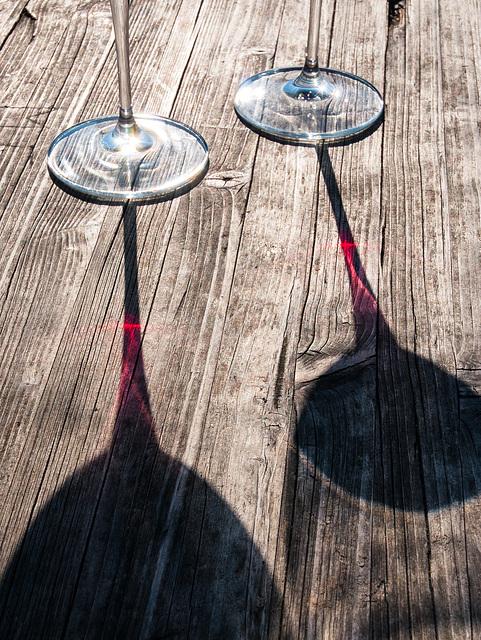 Fane-Alm, Zingerlehütte, Jausestation Zingerle: Zwei von der Sonne durchleuchtete Weingläser auf einem Holztisch - 2009-01-31-_DSC3757