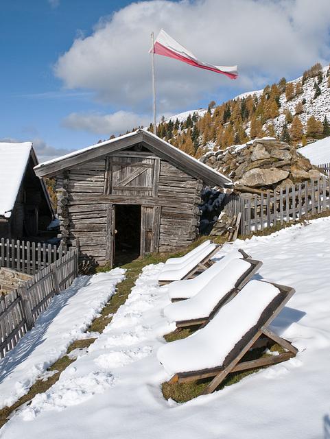 Mit Schnee bedeckte Liegen auf der Reseggeralm - 2010-10-18-_DSC5045