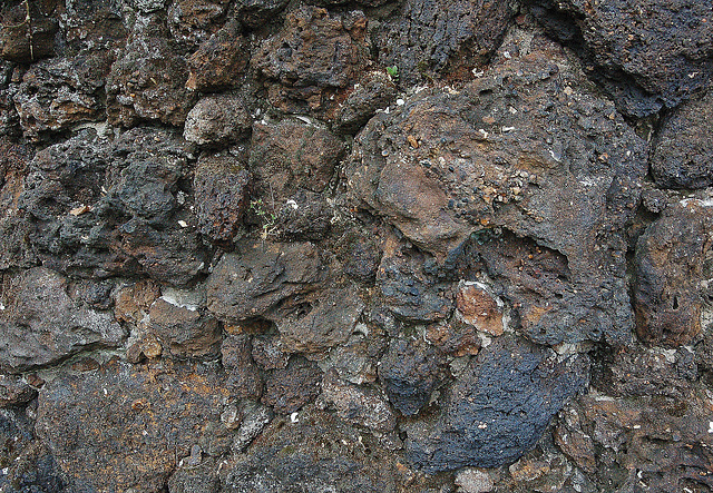 Vulkanŝtona galerio kun kapoj (Vulkansteingalerie mit Köpfen)