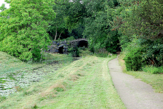 La Fera Ponto estas kopio de la Coalbrookdale Bridge en Anglujo el 1799. (Die Eiserne Brücke ist ein Nachbau der Coalbrookdale Bridge von 1799 .)