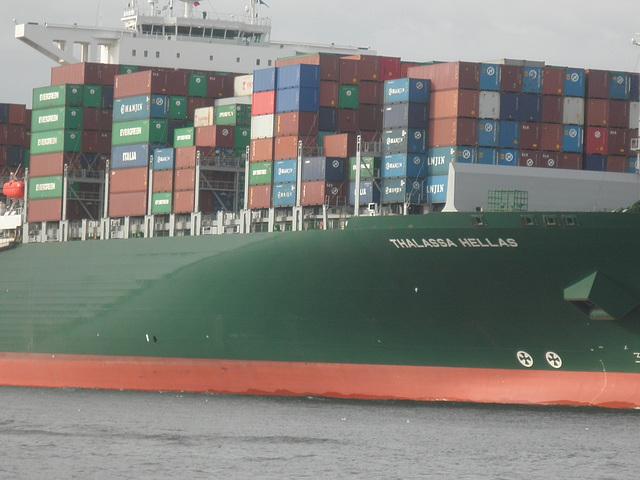 Ansicht des Containerriesen Thalassa Hellas