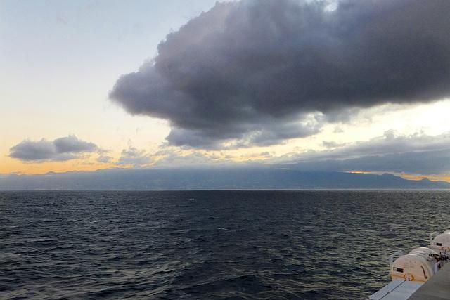 Abreise. Auf der Fähre. Tenerife vor Sonnenaufgang. ©UdoSm