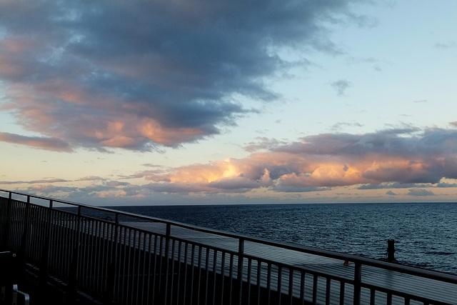 Fähre, Wasser, Wolken. ©UdoSm