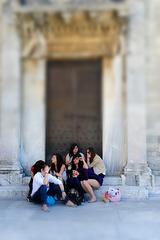Müde Mädels vorm Dom zu Pisa
