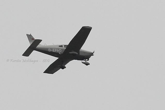 Flugzeug über Hellabrunn