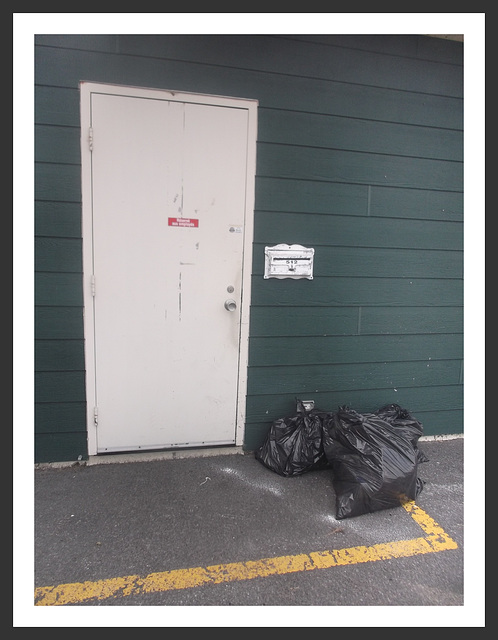 512.....Réservé aux employés / Employees entrance.