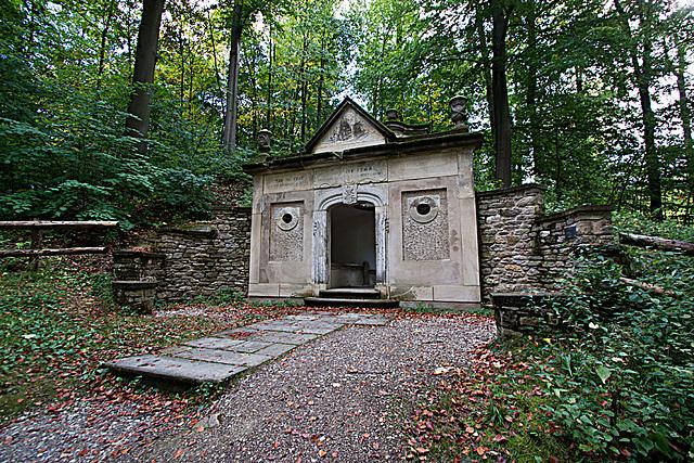 20121008 1442RWw Mausoleum