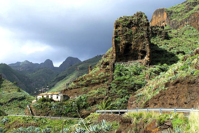 Bald ist das Talende erreicht. Hier sieht man solche senkrechten 'Gesteinsscheiben' wie so oft der Insel auffallen. ©UdoSm