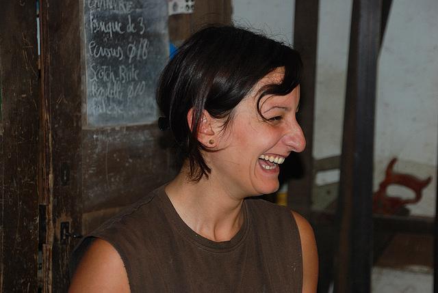 Le sourire naturel et communicatif d'une professionnelle