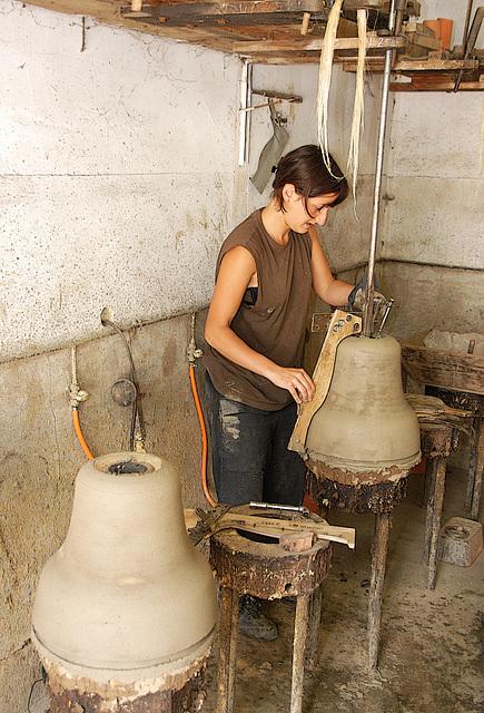 L'atelier de moulage . Le profil de la cloche est réalisé à l'aide d'un gabarit fixé sur un axe de fer