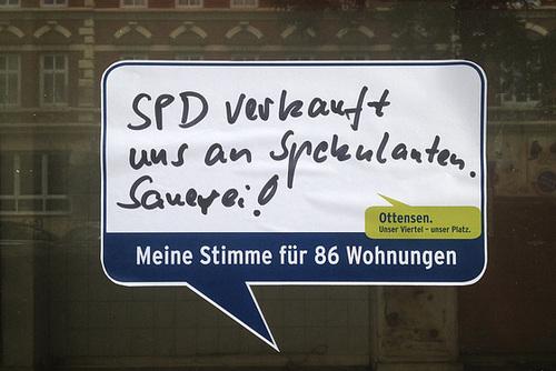 SPD verkauft uns an Spekulanten. Sauerei. Aufkleber in der Friedensallee. -- spd 1662-co-25-09-14