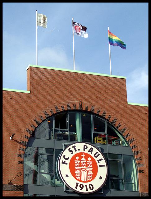 Endlich weht die Regenbogenflagge auf dem Millerntor-Stadion :-)