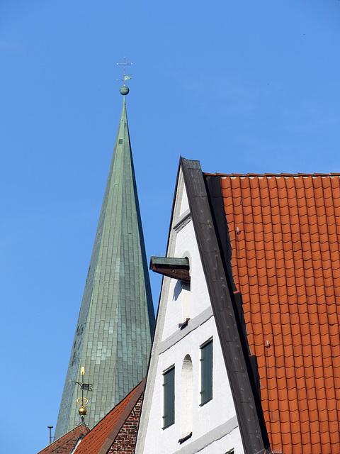 Giebel mit Kranbalken und Turm