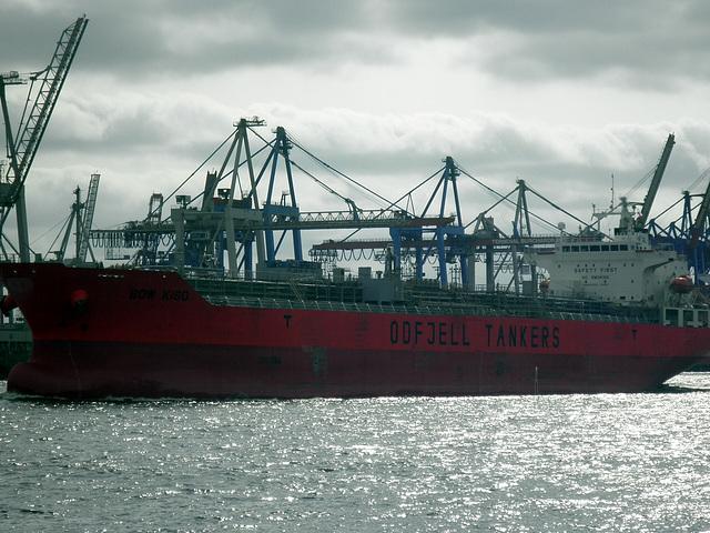 Tanker  BOW KISO  im Gegenlicht