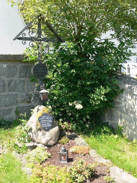 Grab im Friedhof Weißenregen