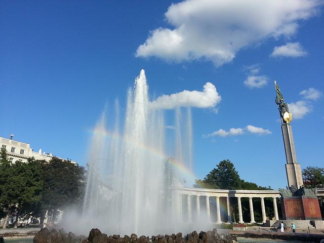 Springbrunnen mit Regenbogen