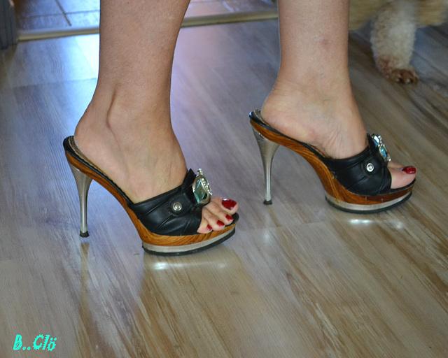 La très sexy Chantal L. en talons hauts / The very sexy Chantal L. in high heels.