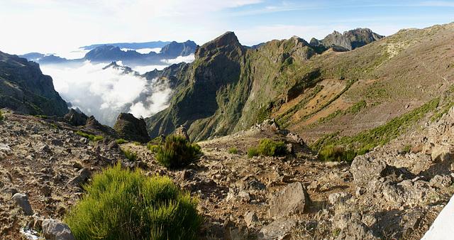 Madeira. Blick vom Pico do Arieiro (1818m) hinab in's  Nonnental. Rechts im Hintergrund der Pico Ruivo (1862m) der höchste Berg der Insel.©UdoSm