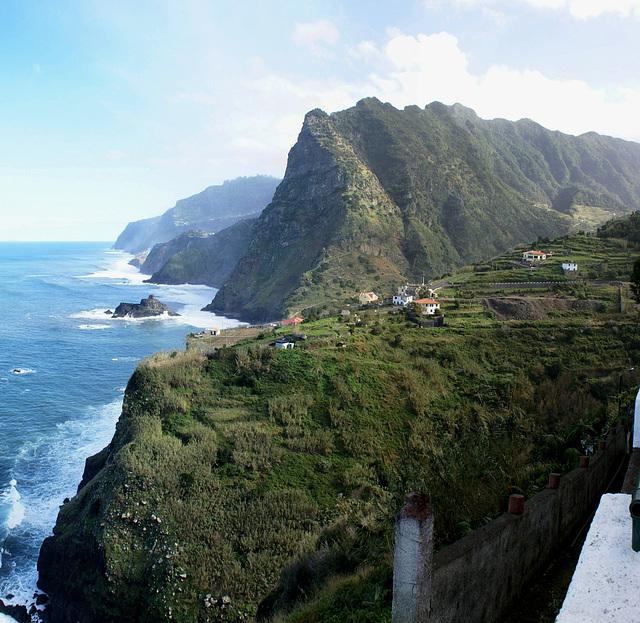 Madeira. Nahe Sao Jorge. Blick entlang der Nord-Küste nach Osten.  ©UdoSm