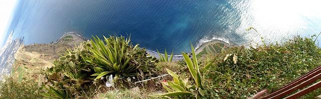 Madeira. Panorama im Vertikal-Schwenk vom Cabo Girao nach unten.   ©UdoSm