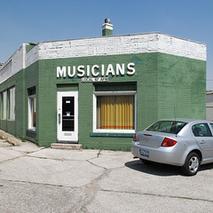 Probably the musicians' labor union offices in all of the midwestern cities sport signs as prominent as the sign on the one in Davenport Iowa.
