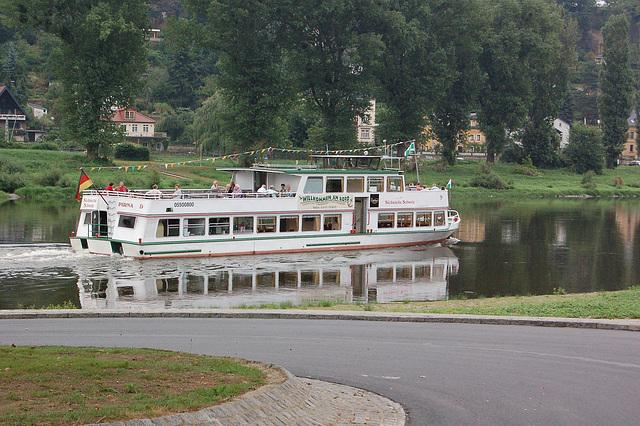 Germanio, urbo Pirna: personveturiga ŝipo sur la rivero Elbe (Deutschland, Stadt Pirna: Personenfahrgastschiff auf der Elbe)