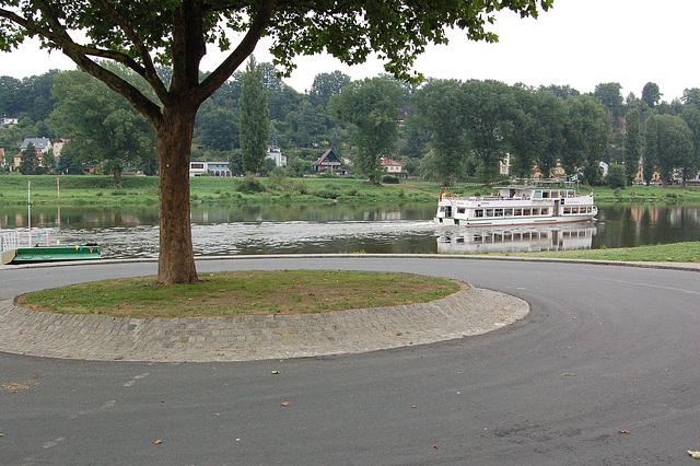 personveturiga ŝipo sur la rivero Elbe(Personenfahrgastschiff auf der Elbe in Pirna)