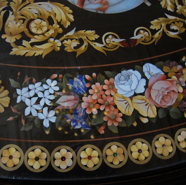 """Detail eine Tischplatte als Glasmosaik mit größeren """"Steinen"""""""
