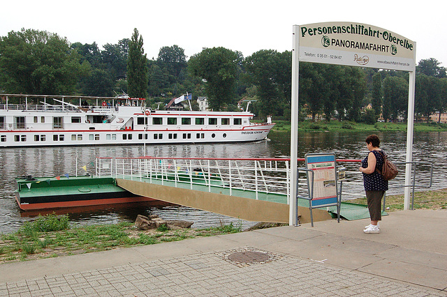 Donjeto informiĝas pri la veturigplano de ŝipoj ekde Pirna (Klein-Dorchen informiert sich über den Schiffsfahrplan von Pirna aus)