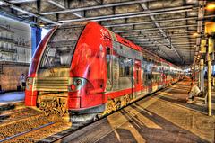 SAINT-RAPHAEL: Arrivé d'un T.E.R en gare ( HDR ).